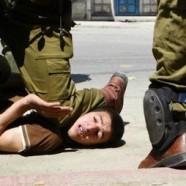 Soldati israeliani sparano a ragazzi palestinesi
